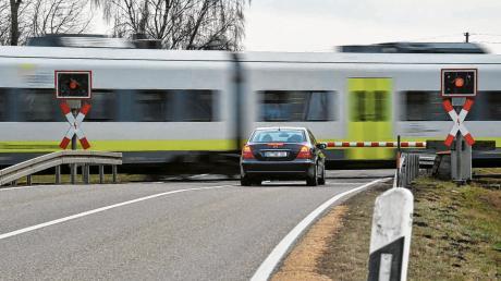 Eine Lösung, um den höhengleichen Bahnübergang in Peterswörth sicherer zu machen, ist seit vielen Jahren ein Thema. Ob Unter- oder Überführung oder eine Verlegung der Kreisstraße, es gibt viele Ideen.