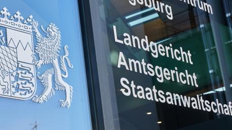 Vor dem Augsburger Landgericht muss sich ein Ex-Bankmitarbeiter aus dem Landkreis verantworten.