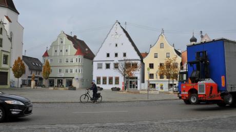 Den Verkehr am Höchstädter Marktplatz möchte die SPD-Pro Höchstädt/FDP-Fraktion verringern. Bäume und eine autofreie Zeit sind im Gespräch. Auch ein Fahrradschutzstreifen soll umgesetzt werden.