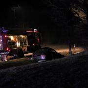 Ein illegales Autorennen hat am Mittwochabend zwischen Warnhofen und Bissingen stattgefunden. Bei einem Überholmanöver verlor ein 20–Jähriger die Kontrolle über sein Auto. Der Wagen überschlug sich mehrmals und prallte gegen einen Baum. Sein 19-jähriger Beifahrer erlitt dabei tödliche Verletzungen.