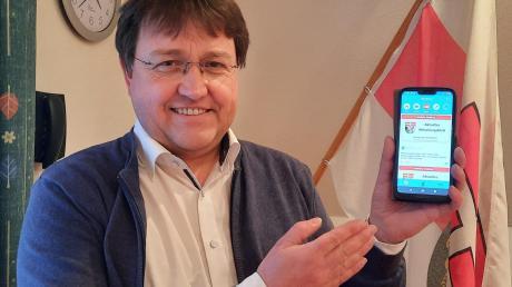 Bürgermeister Jürgen Frank präsentiert die BayernFunk-App für die Gemeinde Blindheim.