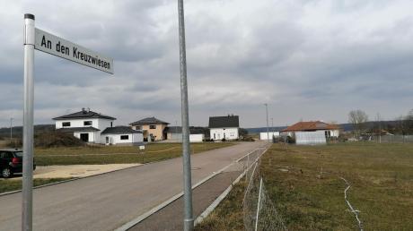 Das Baugebiet An den Kreuzwiesen in Lutzingen soll noch in diesem Jahr um 19 weitere Bauplätze erweitert werden. Das kostet die Gemeinde rund 700.000 Euro. Auch innerorts soll ein neues Baugebiet ausgewiesen werden.