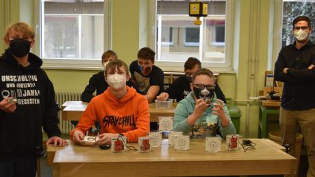 Die Neuntklässler und ihr Klassenlehrer Leonhard Reck (hinten rechts) freuen sich über die fertiggestellten CO2-Ampeln.