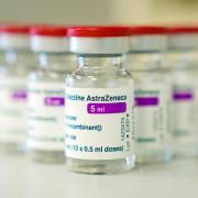 Ampullen mit dem Covid-19-Impfstoff des Pharmakonzerns AstraZeneca. Im Landkreis Dillingen sinkt die Corona-Inzidenz inzwischen wieder leicht.
