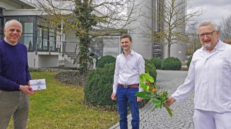Heinrich Gropper, Sebastian Mührl und Ewald Förschner (von links) bei der Übergabe eines Blumenstraußes und Gutscheins.