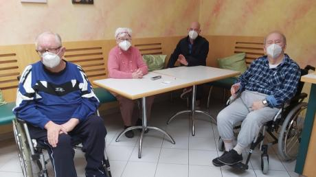 Am 27. Dezember vergangenen Jahres wurden die ersten Impfungen gegen das Coronavirus verabreicht. Start war im Höchstädter AWO- Seniorenheim mit Anton Lang (links). Mit im Bild (von links): Julia Krabler, Einrichtungsleiter Stefan Hintermayr und Dieter Elsässer.