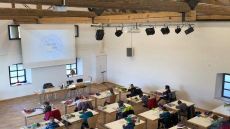 Rektorin Sylvia Leitner hat die Grundschüler der Bachtalgrundschule bunt verteilt. Einige Lernen seit einigen Wochen im Brauereistadel (links) in Bachhagel, andere in der Syrgensteiner Turnhalle (rechts).