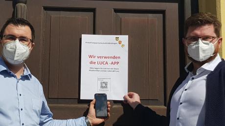 Geschäftsleiter Tobias Steinwinter und Bürgermeister Thomas Reicherzer (von links) zeigen, wie das mit der Luca-App funktioniert.