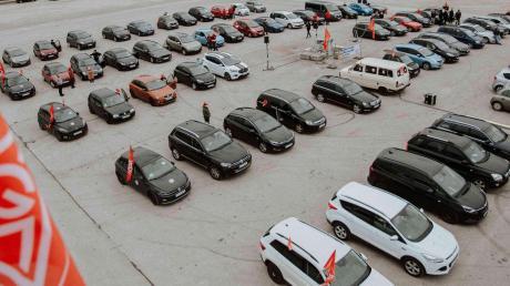 """Etwa 200 Gewerkschaftsmitglieder machten beim Warnstreik im """"Autokino"""" auf dem Festplatz in Dillingen mobil."""