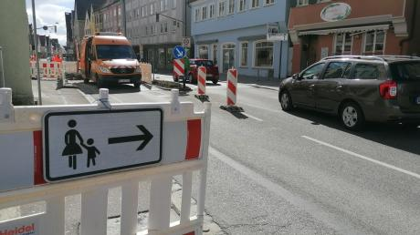 Seit Dienstag wird in der Lauinger Herzog-Georg-Straße gebaut. Der Verkehr ist bis einschließlich Freitag halbseitig für den Verkehr gesperrt.