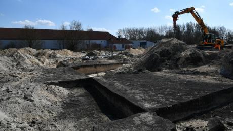 Auf dem Papiermühlfeld zwischen Zöschlingsweiler und Wittislingen, direkt neben dem bereits bestehenden Gewerbegebiet, entsteht der neue Edeka. Im Hintergrund sind bereits die Bauarbeiter am Werk. Im Vordergrund haben sich die Archäologen schachbrettartig durch die Geschichte gegraben.