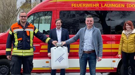 Die Lauinger Feuerwehr hat einen Schwimmsauger erhalten. Bei der Übergabe von links: Stellvertretender Kommandant Thomas Hoffmann, Kommandant Martin Koller, Feuerwehrreferent Markus Hoffmann, Tobias Linder und Bürgermeisterin Katja Müller.