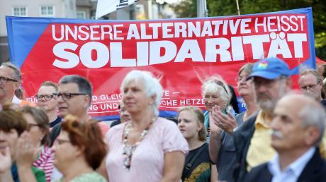 Auch der DGB-Kreisverband Dillingen rückt am 1. Mai das Thema Solidarität in den Mittelpunkt, obwohl wegen Corona keine Maikundgebung stattfinden kann. Gewerkschafter aus der Region erklären, dass die Gesellschaft gemeinsam besser durch die Krise komme. Das Symbolfoto entstand 2018 in Kiel bei einer Kundgebung gegen die rechte Gewalt.
