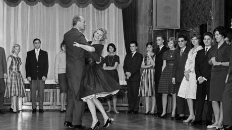Erst schick gemacht, dann auf zum Tanz – so war das auch schon vor vielen Jahren. Aber die Musik war damals, das Bild stammt aus dem Jahr 1960, eine ganz andere.