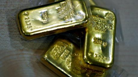 Gefälschte Goldbarren und Silbermünzen haben zwei Männer einem 68-Jährigen im Wertinger Raum verkauft. Jetzt nahm die Polizei die beiden Betrüger fest.