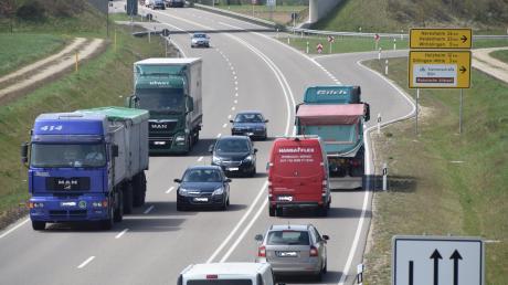 In diesem Abschnitt der B16 bei der Ausfahrt Dillingen-Mitte erwischt die Verkehrspolizei Donauwörth regelmäßig viele Temposünder. Das zeigt die Blitzer-Bilanz für das Jahr 2020 im Landkreis Dillingen.