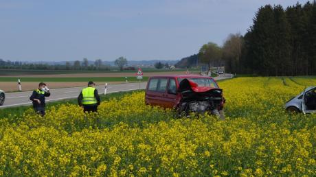 Ein 26-jähriger Autofahrer hat am Freitag beim Überqueren der Staatsstraße zwischen Eppisburg und Binswangen den VW-Bus einer 32-Jährigen übersehen. Er erlitt bei dem Unfall schwere Verletzungen. Die Frau wurde bei dem Aufprall laut Polizeibericht mittelschwer verletzt.
