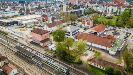 Es ist ein Wunsch vieler Bürgerinnen und Bürger, dass die Gleise am Dillinger Bahnhof barrierefrei erreicht werden können. Nun ist Licht am Ende des Tunnels: 2023 soll der Ausbau starten.