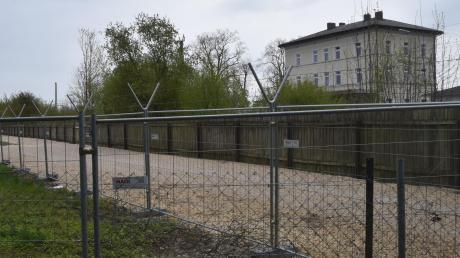 Der Ausbau der Anton-Wagner-Straße nördlich des Bahnhofs in Höchstädt in Richtung Donauwörth ist der erste und ein zentraler Schritt im Rahmen eines Verkehrskonzeptes, das für die Stadt Höchstädt umgesetzt werden soll. Damit soll es vor der geplanten B16-Nord-Umfahrung bereits eine spürbare Entlastung für die Innenstadt geben.