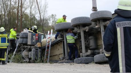 36 Einsatzkräfte der Feuerwehren Gundelfingen und Lauingen unterstützen die Bergungs- und Sicherungsarbeiten nach einem Unfall am Fetzer-See in Gundelfingen.