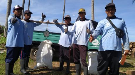 """Oceanmata setzt sich zusammen aus """"Ocean"""", dem Meer, und """"Mata"""" – indonesisch für """"Auge"""". Das Team vor Ort in Bali sammelt für jedes verkaufte Produkt des Augsburger Start-up-Unternehmens ein Kilo Müll und dokumentiert dies. Inzwischen gehören neben Smartphone-Hüllen auch T-Shirts mit """"Wave-of-change""""-Aufdruck zum Produkt-Portfolio des Unternehmens."""