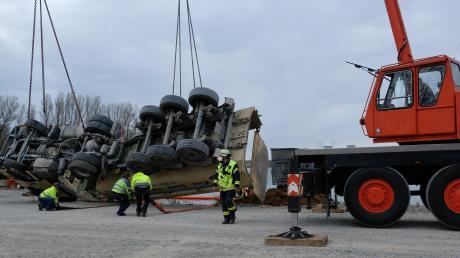 Mit einem Kranen konnte der verunglückte Lkw am Baggersee bei der B16 in Gundelfingen geborgen werden. Zwar hat die Feuerwehr schnell reagiert und Maßnahmen gegen die ausgelaufenen Betriebsstoffe eingeleitet. Trotzdem hat das Unglück Folgen für die Umwelt.