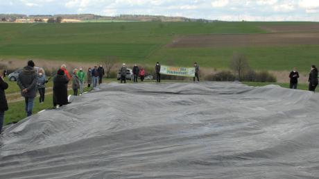 Mit einer 350 Quadratmeter großen Folie sollte veranschaulicht werden, wie groß der Flächenfraß von zehn Hektar für eine Umgehung von Diemantstein wäre.