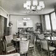Im ersten Stock des Hauses befand sich das Café. Hier wurde geplaudert und auch getanzt. Einige der typischen Kaffeehausstühle mit Wiener Geflecht stehen noch heute am Esstisch von Herma Hörwick.