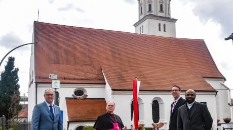 Anlässlich des 550. Bestehens der Wallfahrtskirche in Buggenhofen kam Bischof Bertram Meier in den Bissinger Ortsteil. Ihm berichteten (von rechts) Pater Georg und Kirchenpfleger Florian Brenner von der Renovierung der Kirche, die kürzlich abgeschlossen wurde. Der Bischof zündete eine Kerze an, die Schwester Dominika gestaltet hatte. Sie soll die nächsten Monate brennen, bis 2022 das Jubiläum groß gefeiert werden kann.