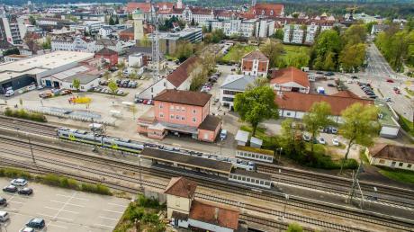 """Der Bahnhof in Dillingen profitiert neben dem barrierefreien Ausbau nun von einem weiteren Sonderprogramm des Bundes. Durch dieses """"Handwerker-Programm"""" soll das Bahnhofsumfeld attraktiver und sauberer werden."""