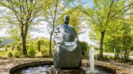 Auch an der Staustufe an der Donau in Dillingen werden Spaziergänger an den Wasserdoktor Sebastian Kneipp erinnert. Dort in der Nähe entdeckte der Theologiestudent, der an Lungentuberkulose litt, die heilsame Kraft des Wassers.