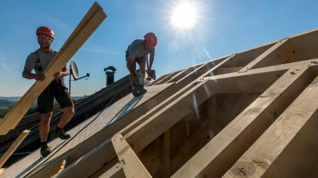 Die Baubranche boomt in diesen Zeiten. Doch die Erwartungen der Branche für die Zukunft gehen massiv zurück. Ein Grund sind die steigenden Holzpreise.