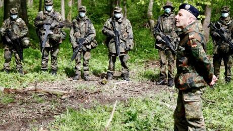 Brigadegeneral Dietmar Mosmann (rechts im Bild), ist zum Dienstaufsichtsbesuch bei der Grundausbildung des Informationstechnikbataillons 292.