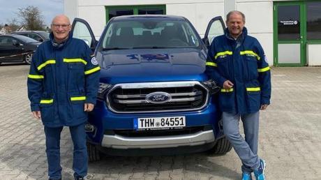 Bernd Nicklaser, Vorsitzender des THW-Fördervereins (links), und Hubert Preiß, Ortsbeauftragter des Dillinger THW-Ortsverbands, präsentieren vor der THW-Unterkunft in der Hans-Geiger-Straße in Dillingen das neue Einsatzfahrzeug. Dieses wurde nach einer Spende der Sparkasse Dillingen-Nördlingen angeschafft.