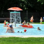 Badespaß pur: Dieses Foto entstand am Freitagnachmittag im Dillinger Eichwaldbad. Die Kinder planschen, die Eltern entspannen.