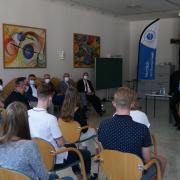 Bei der zweiten Station am Bonaventura-Campus in Dillingen stellten Schüler der dortigen Fachakademie, der Realschule und des Gymnasiums dem Kultusminister Michael Piazolo (rechts) ihre Fragen.