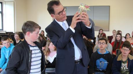 Bundesentwicklungshilfeminister Gerd Müller sollte 2020 bereits zwei Mal in Dillingen der Europäische St.-Ulrichspreis verliehen werden. Wegen Corona entfielen die Veranstaltungen. Jetzt fährt die Stiftung zur Preisverleihung nach Berlin. Das Foto entstand vor zwei Jahren bei einem Besuch Müllers in Wertingen.
