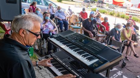 Mit seinen Keyboards unterhielt Karl Heider aus Diemantstein rund eineinhalb Stunden lang Bewohner des AWO-Seniorenheims in Höchstädt mit bekannten Schlagern.