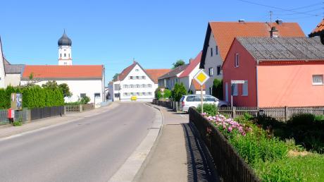 """Die Mörslinger Straße führt direkt auf den Start- und Zielpunkt """"Kirchplatz"""" zu."""