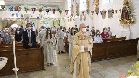 Pfarrer Paul Sinz beim Dankgottesdienst in Fristingen. Da coronabedingt nicht so viele Pfarrgemeindemitglieder teilnehmen konnten, wurden die Glückwünsche der einzelnen Familien und der Vereine und Verbände in der Kirche aufgehängt.