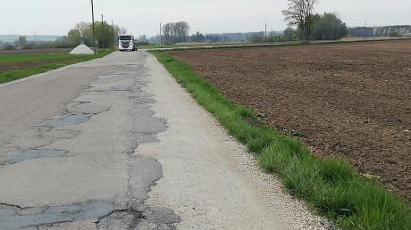 Die Ortsverbindungsstraße von Pfaffenhofen nach Buttenwiesen ist in einigen Teilen dringend sanierungsbedürftig.