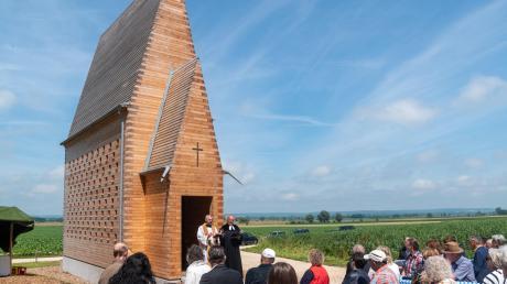 Der Buttenwiesener Pfarrer Klaus Ammich und Dekan im Ruhestand Volker Haug gaben der Denzel-Kapelle bei Oberthürheim den Segen.
