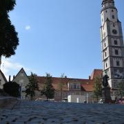Nicht geparkt werden darf an Wochenenden während der Ferien auf dem Lauinger Marktplatz. Der Testlauf wird derzeit kontrovers diskutiert.