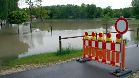 Angesichts zunehmender extremer Wetterlagen sollten Kommunen eine Schippe beim Hochwasserschutz drauflegen, sagt der Leiter des Wasserwirtschaftsamts Donauwörth, Andreas Rimböck. Das Foto entstand vor acht Jahren bei einem Hochwasser in Lauingen.