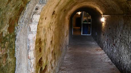 In einem Teil des Gewölbegangs sieht man noch Reste der Druckschutzwände.