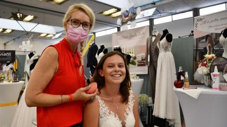 Ein Stand, sechs Unternehmen: Nicole Kartaly, Photography und Make-Up-Artist und ihr Brautmodel Anna Kosteletzky führen ins Hochzeitsthema ein.