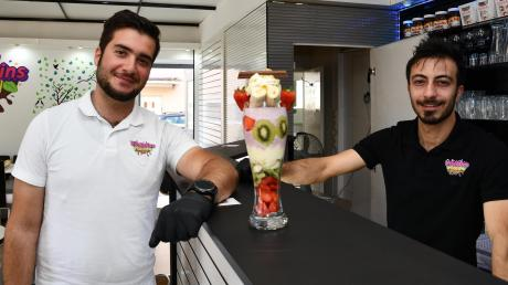 Mohammad Mohjazi (links) und Yousef Abouras haben ihre eigene Bar eröffnet. Dort gibt es unter anderem Qashati, ein Mix aus Früchten und Milkshake.