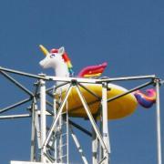 Seit ein paar Tagen sitzt auf dem Funkturm in Ziertheim auf dem Sportgelände dieses bunte, aufblasbare Einhorn. Wer es dort hochgeschleppt hat und warum? Das kann in Ziertheim niemand sagen.
