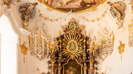 Wer die Margaretenkapelle im Kloster Maria Medingen heute anschaut, kann sich kaum vorstellen, dass sie durch den verheerenden Brand im Juli 2015 zerstört und das Deckenfresko zur Hälfte heruntergebrochen war. Für die Restaurierung bekamen die Schwestern nun die Bayerische Denkmalschutzmedaille.