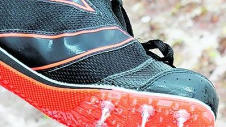 Die beste Ausrüstung für dieses Wetter präsentiert ein Läufer in Lauingen: Spikes.